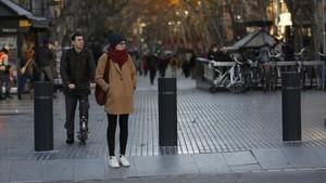 El Ayuntamiento de Barcelona ya ha instalado, en la Rambla,los primeros bolardos que impiden el acceso de vehículos.