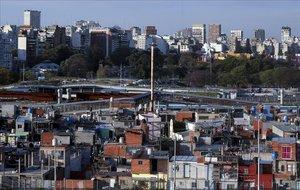Barrios ricos y pobres colindan en Buenos Aires.