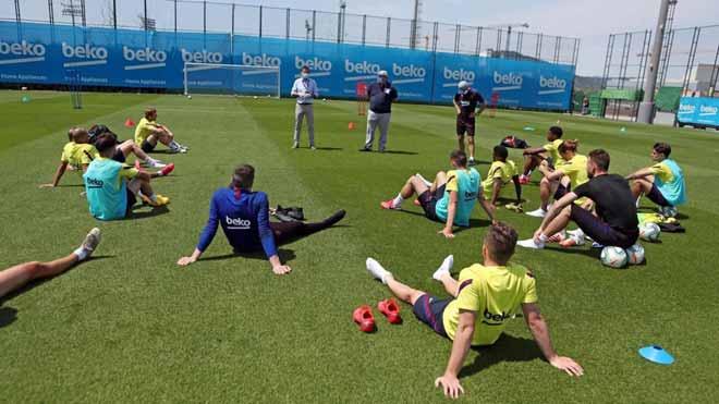 Bartomeu visita el entrenamiento del primer equipo del Barça de fútbol. En la foto,Josep Maria Bartomeu (presidente) y Òscar Grau (director general) hablan a la plantilla del Barça tras el entrenamiento.