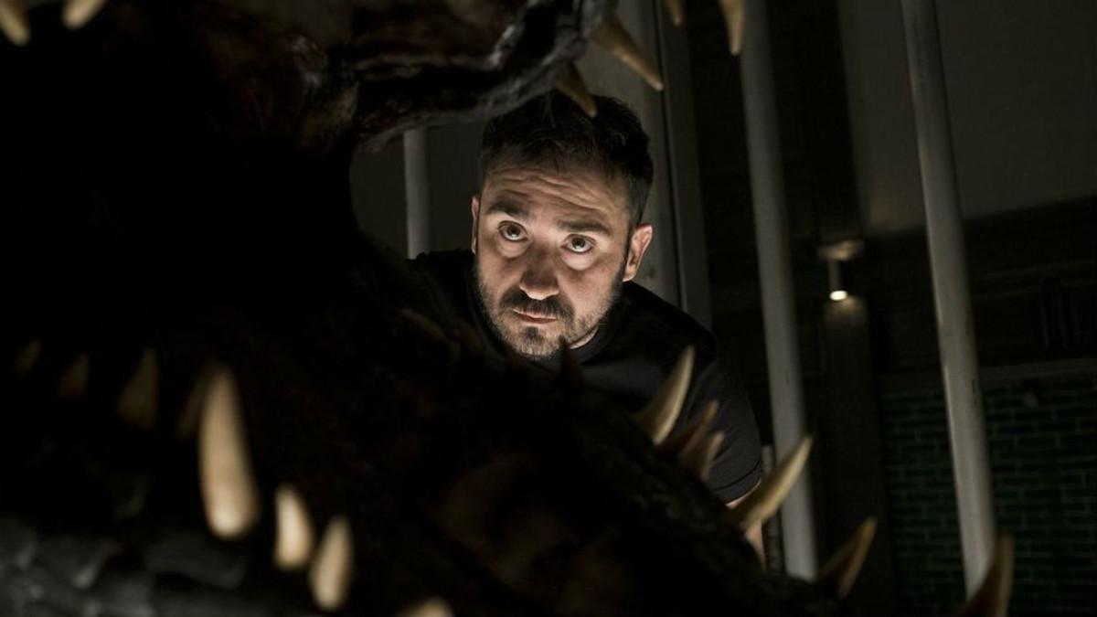J.A. Bayona, en el rodaje de Jurassic World: el reino caído.