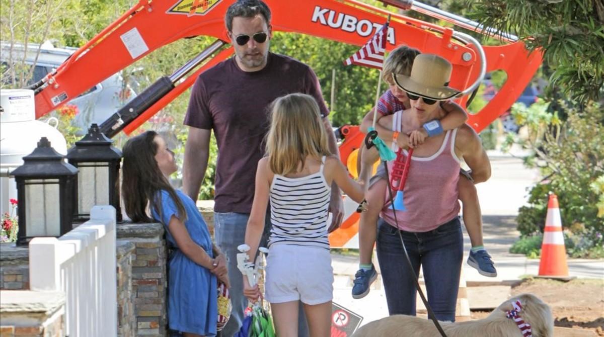 Ben Affeck y Jennifer Garner celebran el 4 de julio con sus hijos Violet, Seraphina y Samuel.