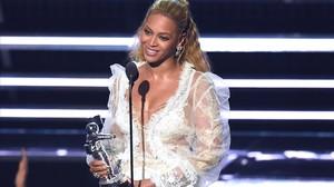 Beyoncé recoge el premio al mejor vídeo.