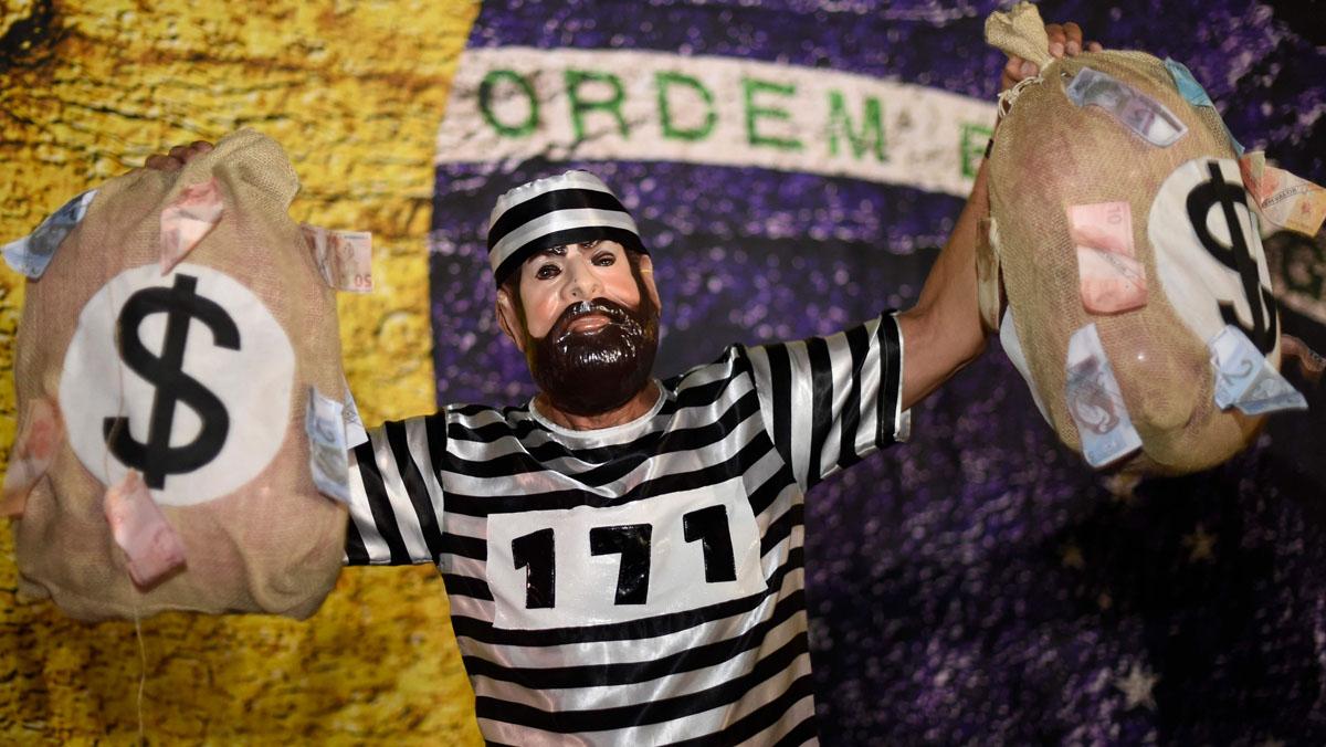 Un ciudadano representa a Lula encarcelado, en una manifestación frente al Supremo.