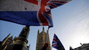 Partidarios de permenecer en la Unión Europea con bandera del Reino Unido y la UE frente al Parlamento en Londres.