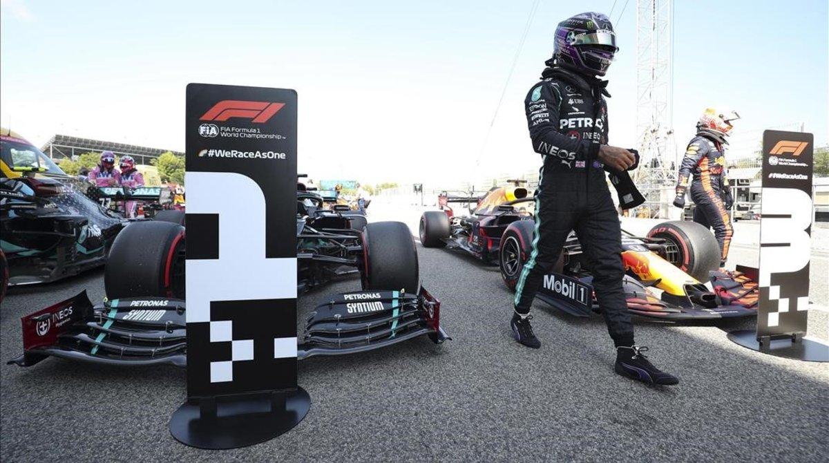 El británico Lewis Hamilton se baja de su Mercedes tras lograr la 'pole', hoy, en Montmeló.