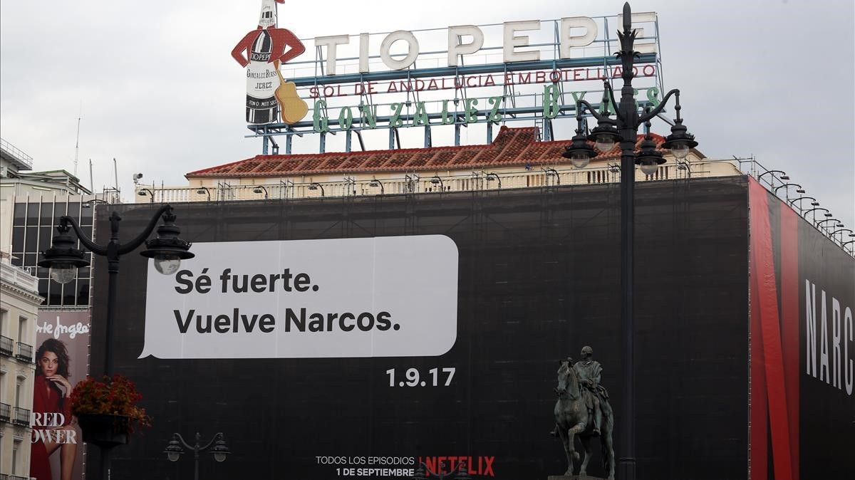 El cartel promocional de Narcos en la Puerta del Sol de Madrid, este lunes 28 de agosto.