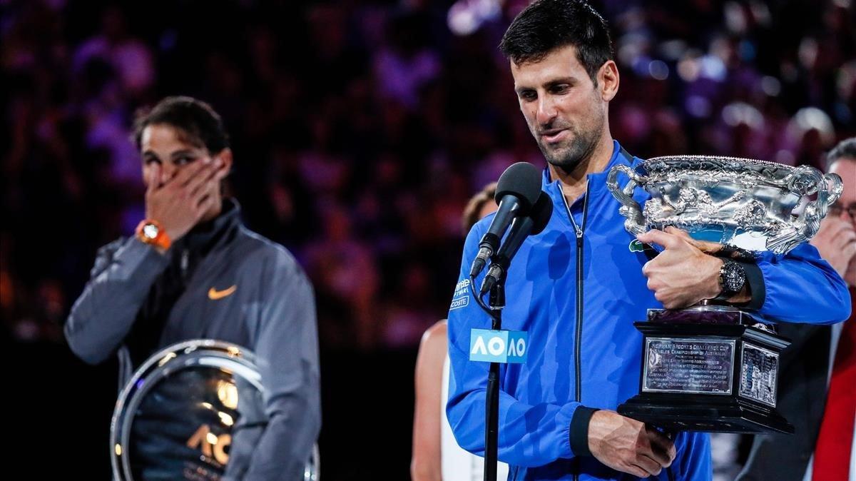 El campeón Djokovic y, en segundo plano, Nadal.