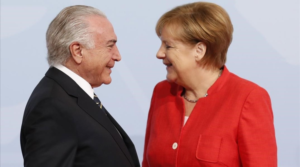 La canciller alemana Angela Merkel da la bienvenida al presidente brasileño,Michel Temer.