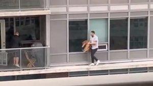 Captura del vídeo donde se ve al hombre que rescata a su gato caminando por una estrecha cornisa, en Toronto.