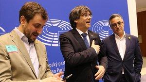 Carles Puigdemont, entre Toni Comín y Ramon Tremosa, en el Parlamento Europeo