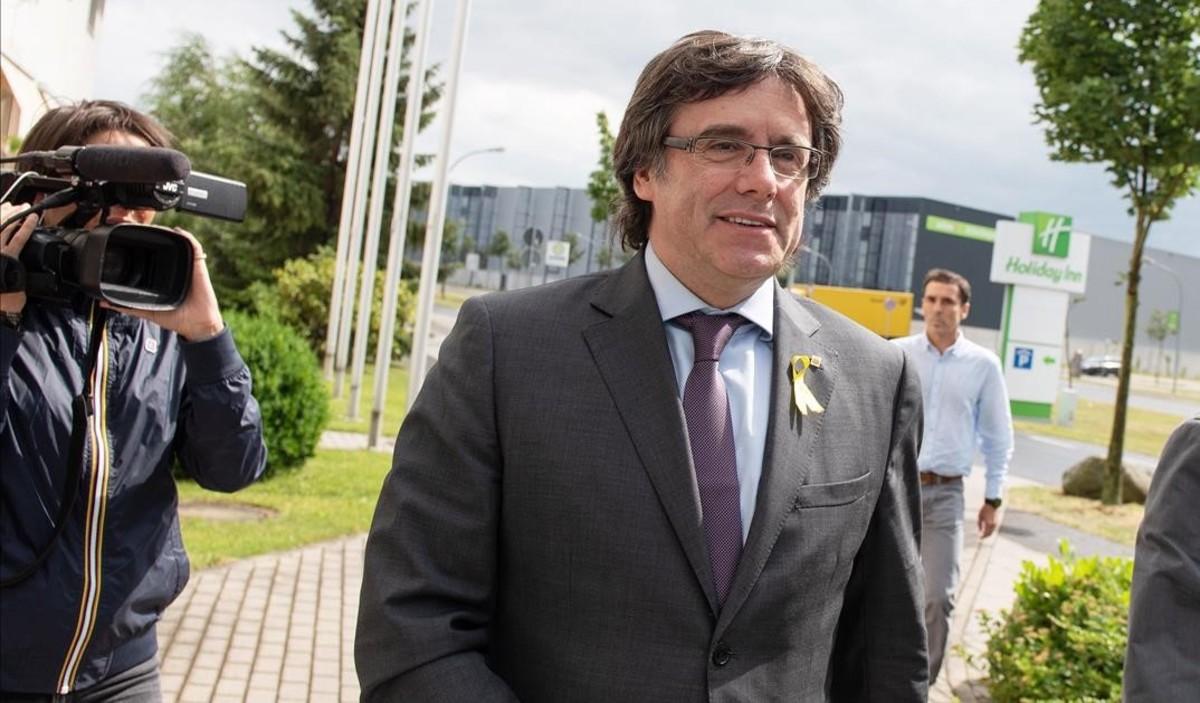 Carles Puigdemont llega a una reunión con Quim Torra en un hotel de Berlín, el 21 de junio.