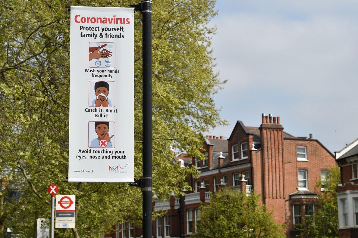 Un cartel informando de las medidas higiénicas contra el coronavirus, en Londres.