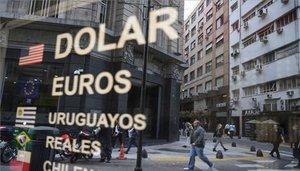 Una casa de cambio en Argentina ofrece dólares y otras monedas.