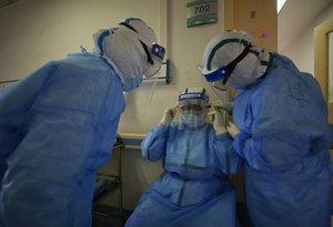 Un equipo de sanitarios chinos en la ciudad de Wuhan.