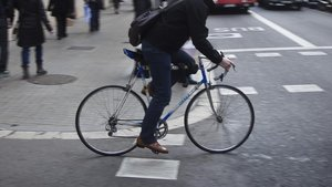 Un ciclista circulando por Barcelona