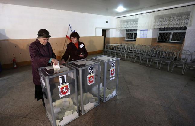 Ciudadanos de Bakhchisaraj votan este domingo en el referendo de anexión a Rusia.