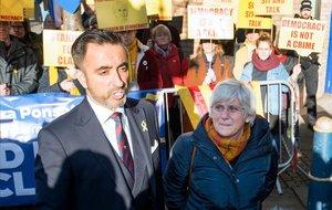 Clara Ponsatí, junto a su abogado, Aamer Anwar, en el momento de entregarse a la policía escocesa.
