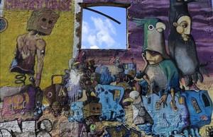Uno de los grafitis de Murs Lliures, en el pasaje de la Marina, en Sant Martí.
