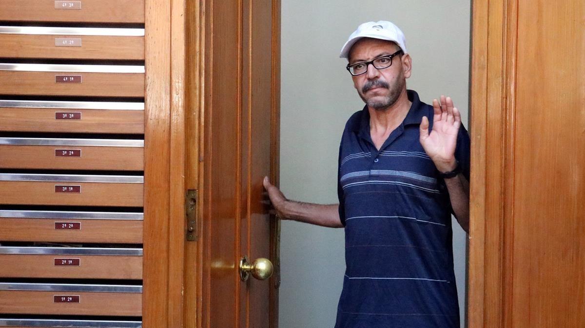 El padre de Mohamed Aallaa, Brahim Aallaa, saledel edificio de Ripoll donde vive la familia. Su hijo fue liberado por orden de la Audiencia Nacional.
