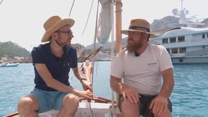 Comando al sol navegando por las aguas de Mallorca.