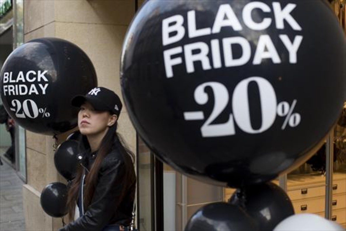 Comercios con carteles del Black Friday en Barcelona, ayer