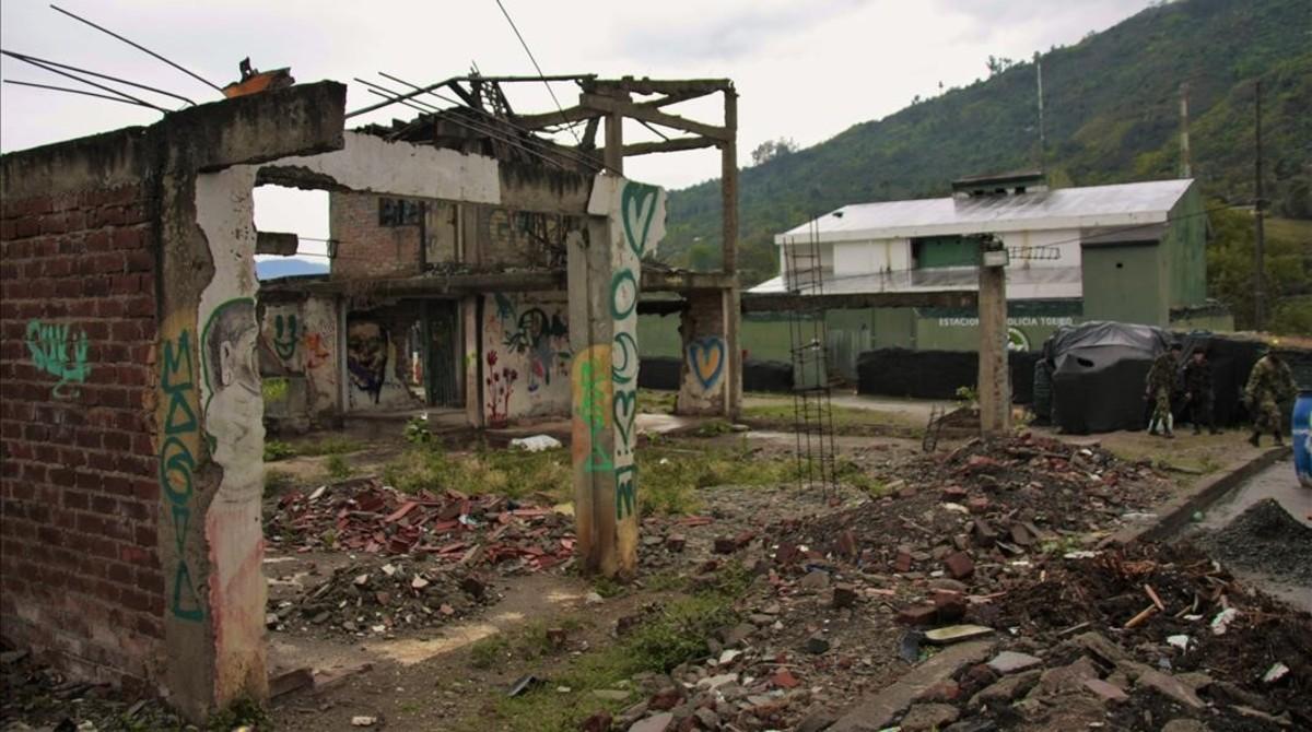 La comisaría de policía de Toribío, frente a los restos de edificios devastados en los combates contra las FARC.