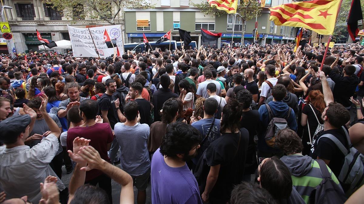Concentración ante la sede del Partido Popular de Catalunya.