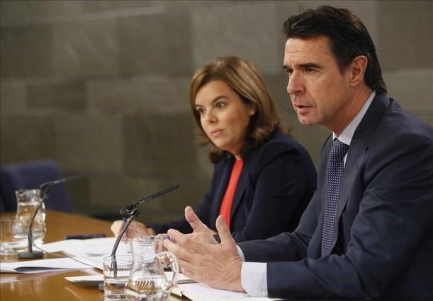 La vicepresidenta del Gobierno, Soraya Sánez de Santamaría, y el ministro de Industria, José Manuel Soria, en la rueda de prensa tras el Consejo de Ministros.