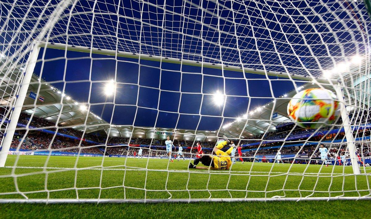 EPA7713. REIMS (FRANCIA), 11/06/2019.- La portera Sukanya Chor Charoenying de Tailandia encaja un gol de Estados Unidos durante un partido de la Copa Mundial Femenina de la FIFA 2019 entre Estados Unidos y Tailandia, este martes, en Reims (Francia). EFE/Tolga Bozoglu