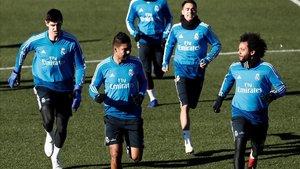Courtois, Casemiro y Marcelo, en primer término, en el último entrenamiento del Madrid.