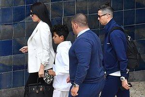 Cristiano Ronaldo, su mujer, Georgina Rodríguez, y su hijo Cristiano Jr,, tras aterrizar, ayer, en Madeira.
