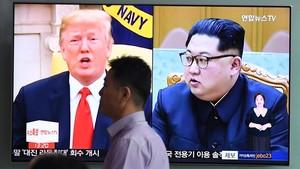 Una pantalla de televisión de la estación de tren de Seúl muestra a Donald Trump y Kim Jong-un.