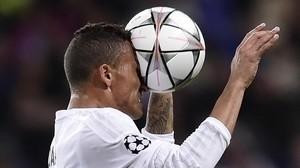 Danilo despeja la pelota en el partido contra la Roma en el Bernabéu.