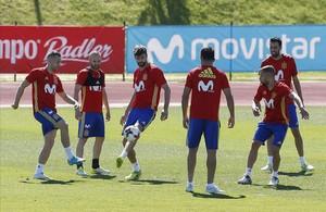 Deulofeu, Iniesta, Piqué, Costa, Alba y Busquets, durante el entrenamiento de la selección el martes en Las Rozas.