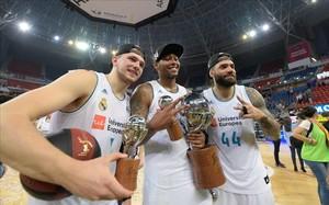Doncic, en primer plano, junto a sus compañeros en el Madrid Thompkins y Taylor, en plena celebración