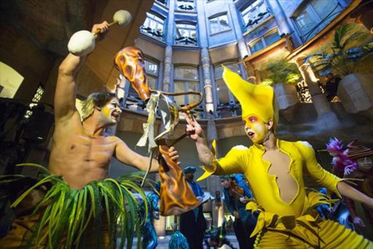 Dos artistas del Cirque du Soleil promocionan el espectáculo 'Varekai' en la Pedrera, en diciembre del 2015.