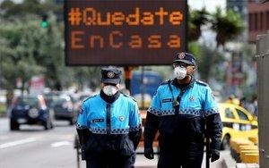 Policías en Ecuador en medio de la crisis por coronavirus.
