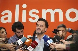 Edmundo Bal atendiendo a los medios.