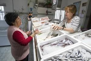 Elena Almagro compra en la pescadería de Adela, que tuitea sus ofertas diarias.