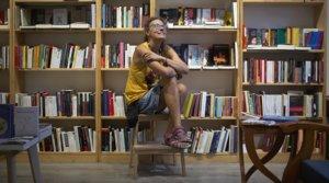 Elena González Matas, en su librería, Tòmiris, en la calle de Padilla de Barcelona, el pasado 19 de agosto.
