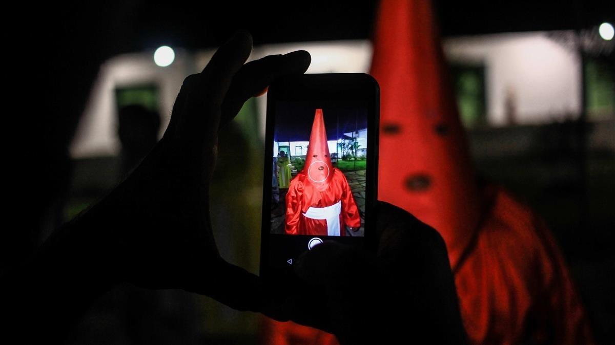 Encapuchados participan en la centenaria procesion del Fogareuen Goias,Brasil .