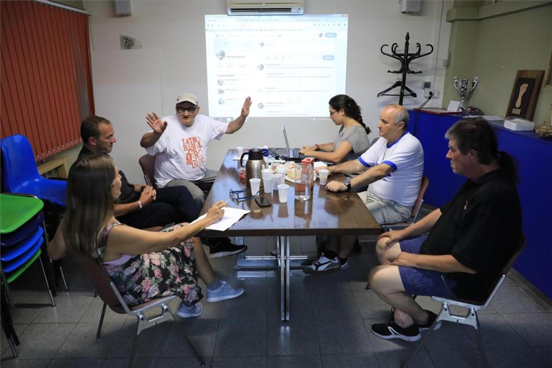 Encuentro en Arrels con cuatro usuarios de la oenegé que están tras una cuenta de Twitter, @Placido_Mo, a los que apoyan una voluntaria y una técnica de comunicación.