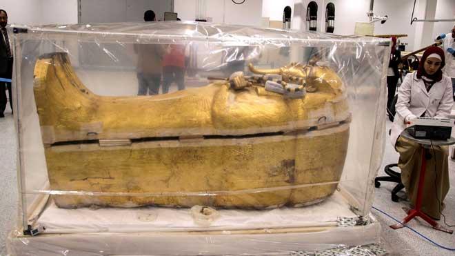 Especialistas trabajan para devolver el lustre al sarcófago de Tutankamón.