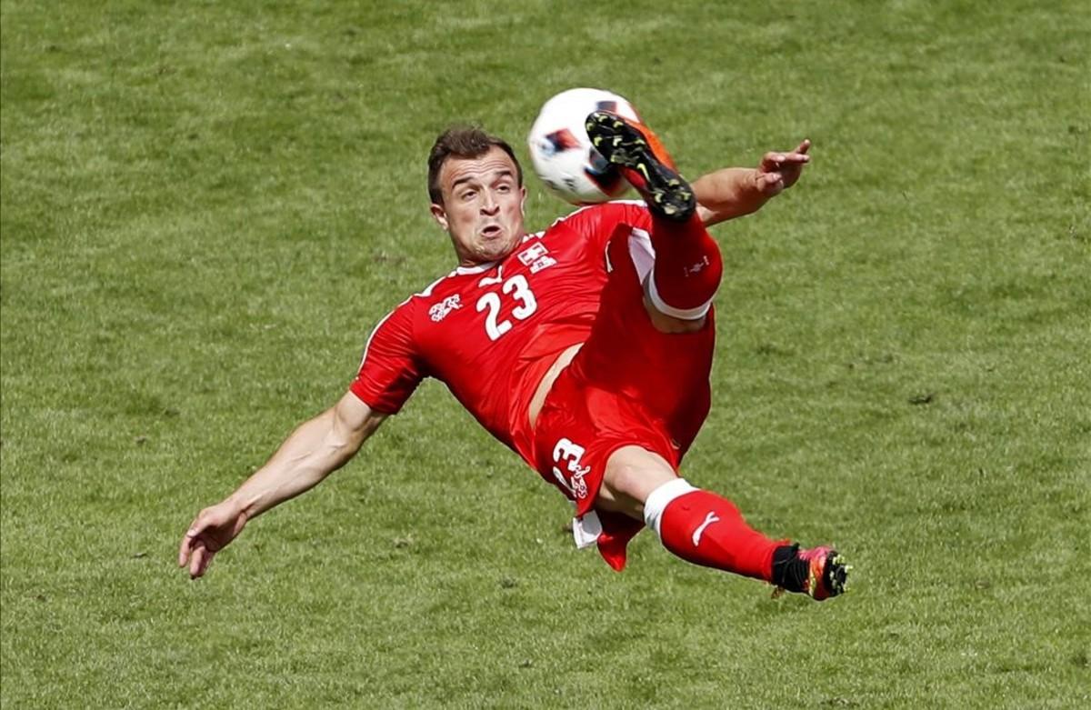 Espectacular chilena del jugador suizo,Xherdan Shaqiri, frente a Polonia.