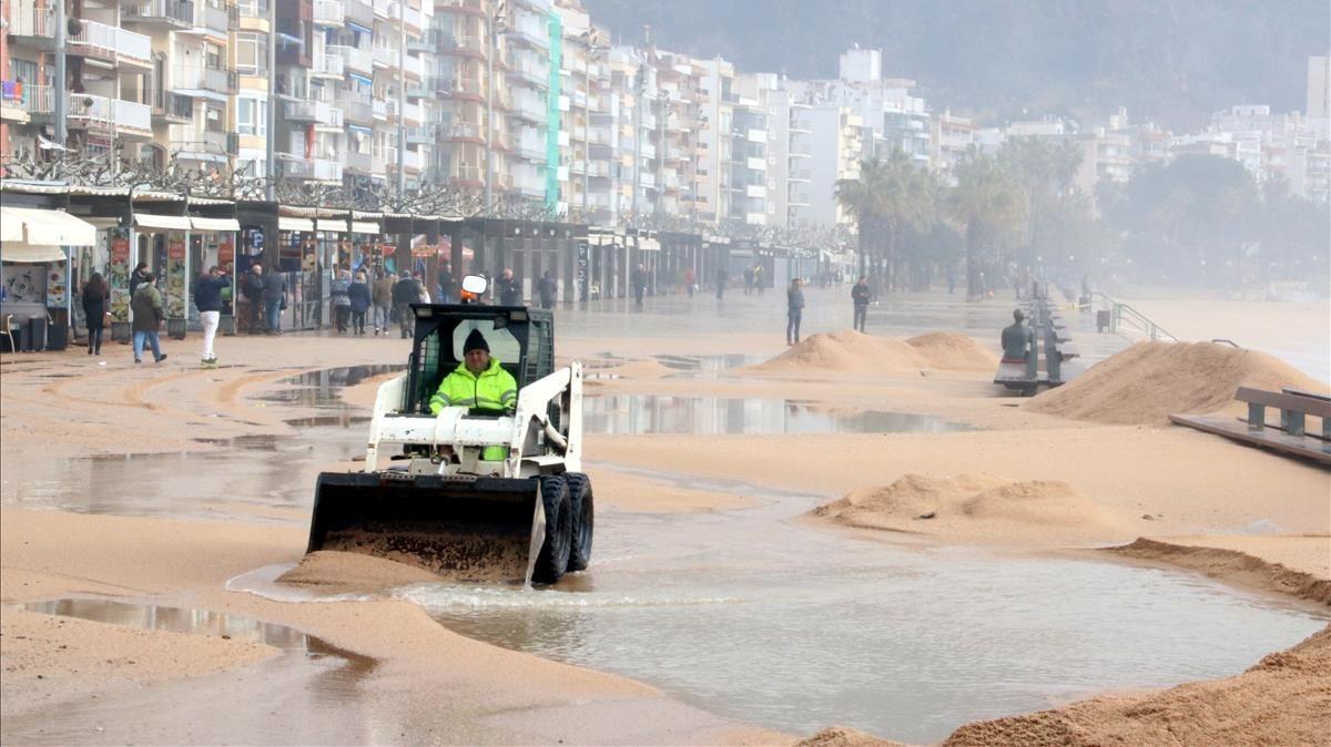 Estado del paseo marítimo de Blanes tras sufrir un temporal de viento y oleaje.