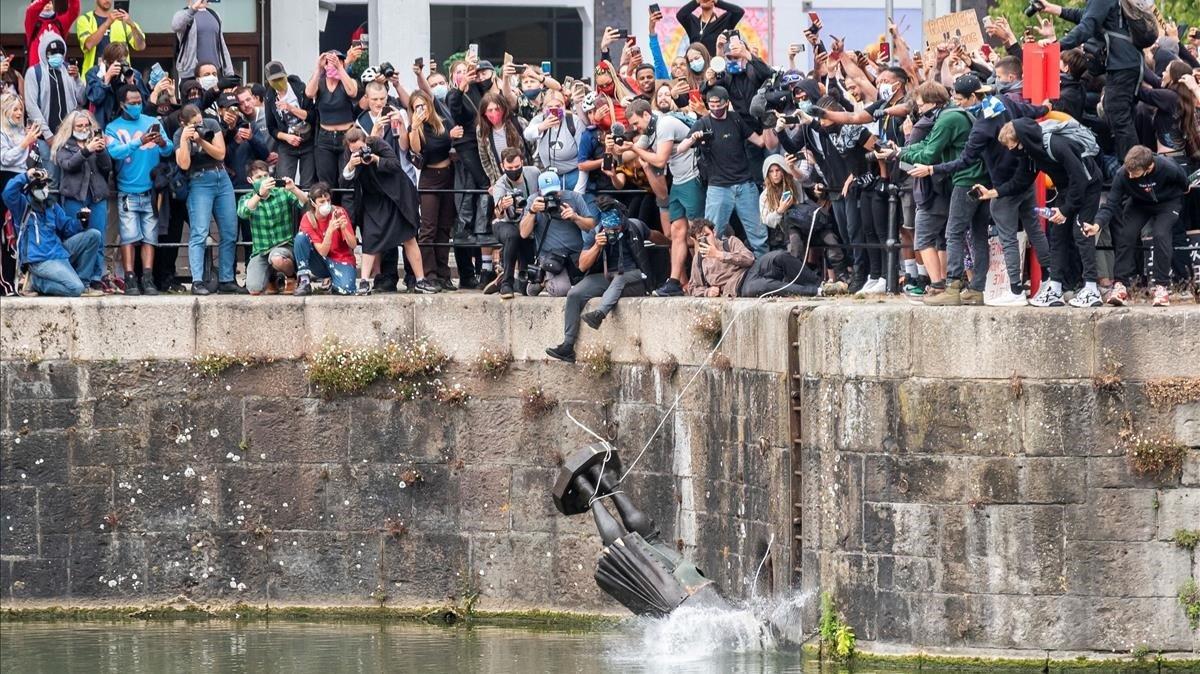 Manifestantes antirracistas de la ciudad de Bristol, Inglaterra, tiran al río la estatua del comerciante de esclavos del siglo XVIIEdward Colston.