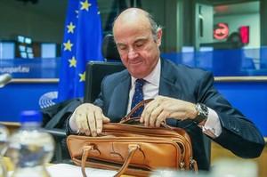 Guindos supera por los pelos el trámite de la Eurocámara