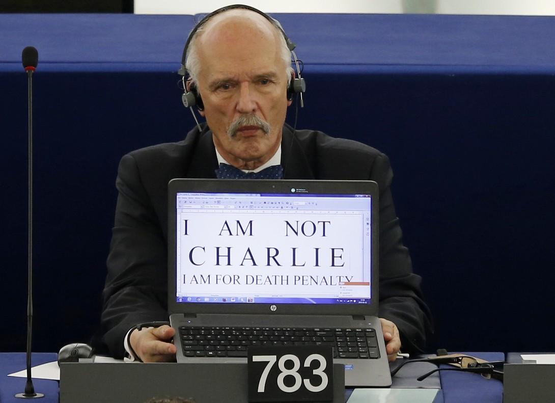 El eurodiparlamentario polaco Janusz Korwin-Mikke, en el 2015, pidiendo la pena de muerte en Europa.