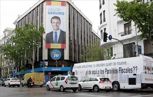 Fachada de la sede central del PP, que este domingo electoral ha amanecido con un lazo amarillo pintado, que ya ha sido borrado.