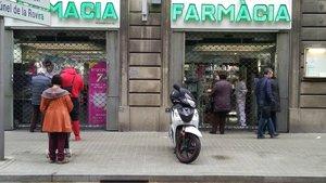 Farmacia de Barcelona el primer día de estado de alarma, con mayores medidas de protección sanitaria.